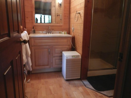 Volcano Village Lodge: Bathroom vanity and towel warmer