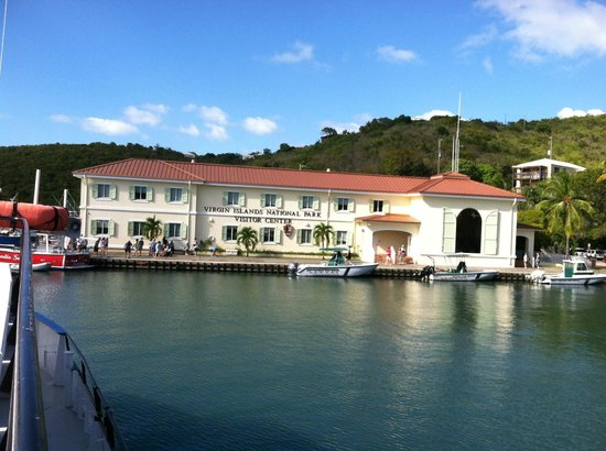 Salomon Beach: Trail head is just behind this building in Cruz Bay