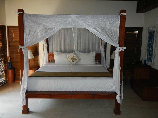 บาหลี บาลีกุ ลักชัวรี่ วิลล่า: bedroom