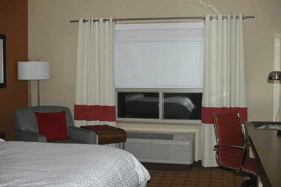Four Points by Sheraton Edmonton Gateway: Room decor