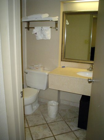 Bay Harbor Hotel: rusty bathroom