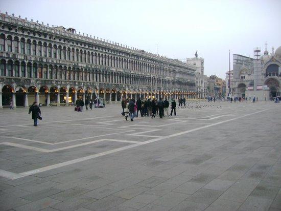 Hotel Flora: Square