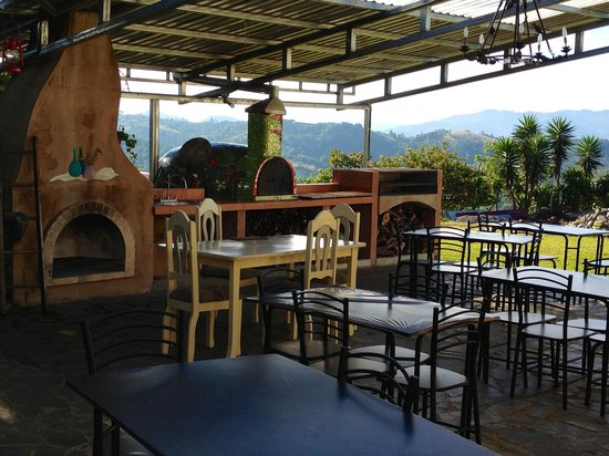 Angel Valley Bed and Breakfast : outdoor patio with pizza oven