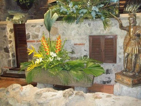 Casa Santo Domingo: flores exoticas al pie de balcones