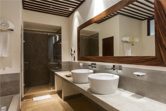 Colombo Court Hotel & Spa: Suite Bathroom