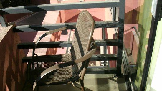 Drury Inn & Suites Phoenix Airport: Toddler ladder to death (balcony handrail)