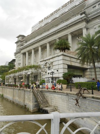 The Fullerton Hotel Singapore: Fullerton Hotel is right on Singapore River