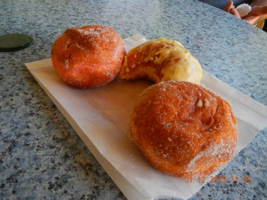 Punaluu Bake Shop and Visitor Center: malasadas