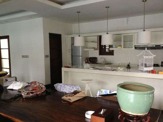 Nunia Boutique Villas: lovely spacious kitchen with almost no cooking equipment other than a toaster and a microwave