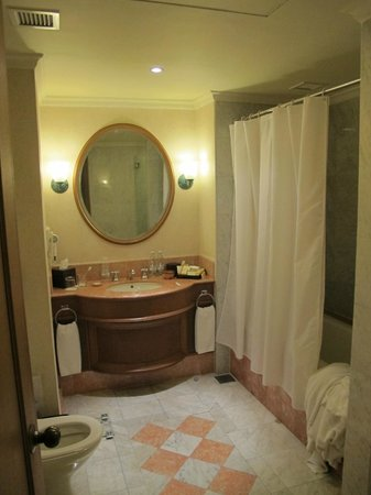 Sedona Hotel Yangon: Bathroom of the Suite