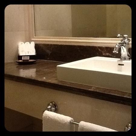Raffles Makkah Palace : guest bathroom