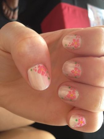 PIPS - Pampurring in Paradise : flower detail nails from PIPs