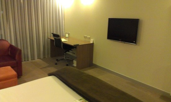 Holiday Inn Auckland Airport: TV & Desk
