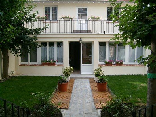 Villa Les Coquelicots : Entrée coté jardin