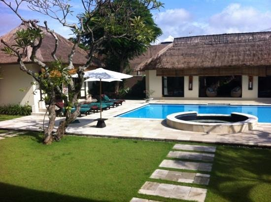 The Bli Bli Villas & Spa: 6 bed villa pool area