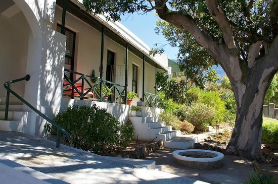 District Six Guesthouse: Lovely setting at the foot of Table Mountain