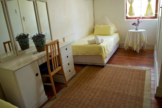 District Six Guesthouse: Spacious Triple room