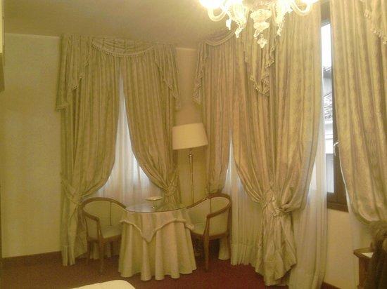 Hotel al Ponte dei Sospiri: Salottino in camera