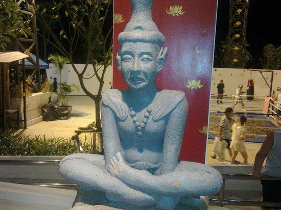 Siam Niramit Phuket: Statue at Siam Niramit