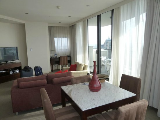 Meriton Serviced Apartments Kent Street: Living room