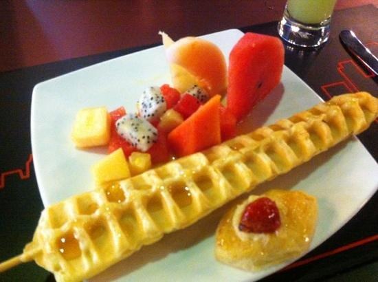 Galleria 10 Hotel Bangkok by Compass Hospitality: Frugt og kage fra morgenmad buffeten