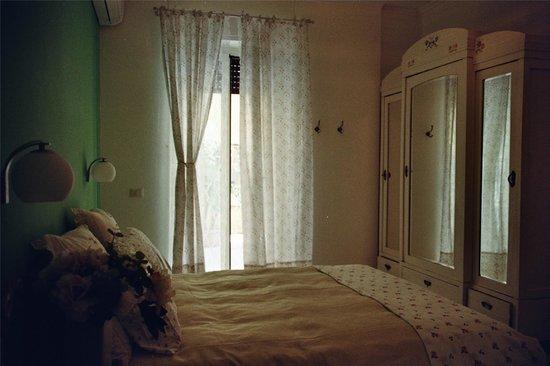 TeaRooms BeB : la camera Green Tea, con porta finestra sul grande terrazzo e bagno proprio di fronte ad uso esc