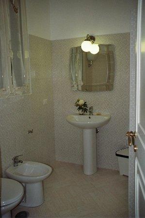 TeaRooms BeB : bagni grandi, con doccia, tutti con finestra sulla chiostrina