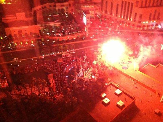 Treasure Island - TI Hotel & Casino: 晚上房間看出去的景色(Show time 時) 最後煙火還會從窗前飛過 很壯觀