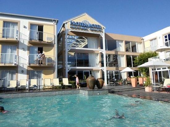Protea Hotel by Marriott Knysna Quays: Outside by the pool