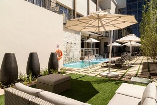 Protea Hotel by Marriott Upington: Pool and Terrace