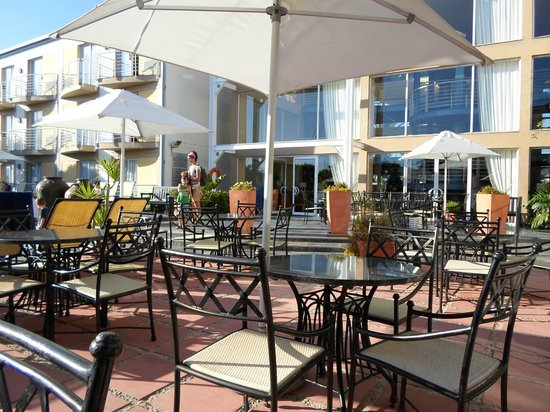 Protea Hotel by Marriott Knysna Quays: Pool & Bar area