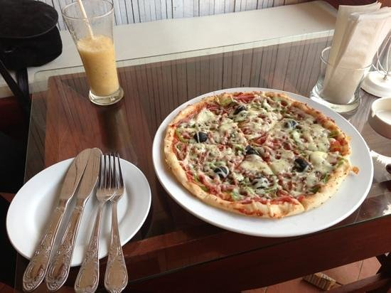 Boat Bar - Restaurant: fresh fruit shake and boat pizza