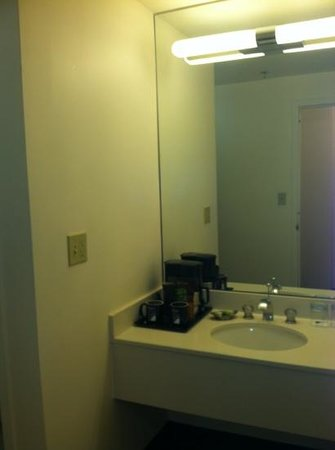 Washington Plaza: Room 532 sink area