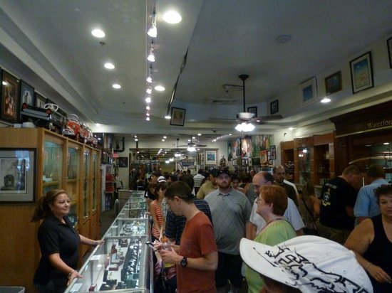 Interior de la tienda - Picture of Gold and Silver Pawn ...