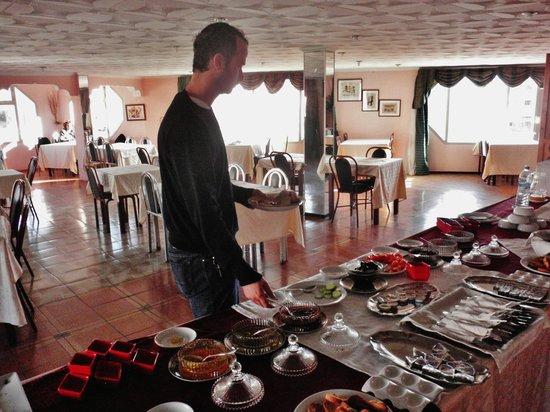Hotel Nagjir Plage: La grande sala finestrata della colazione