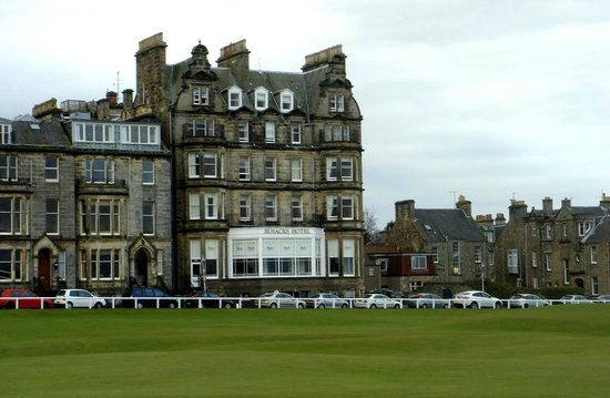Macdonald Rusacks Hotel: Overlooking from the 18th hole