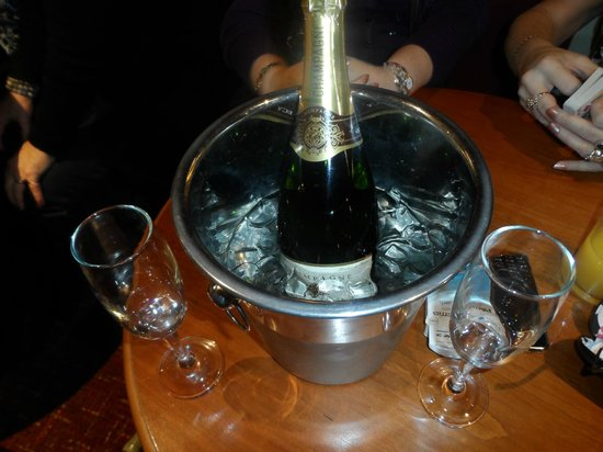 Claymore Hotel: Champagne in our hotel