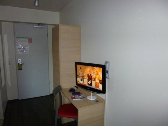 MEININGER Hotel Munich City Center: Tv in the room.