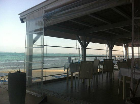 Astroea Beach Hotel: Lunchtime overlooking the ocean