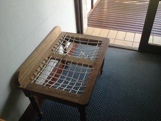 Far Hills Country Hotel: Broken worn down furniture