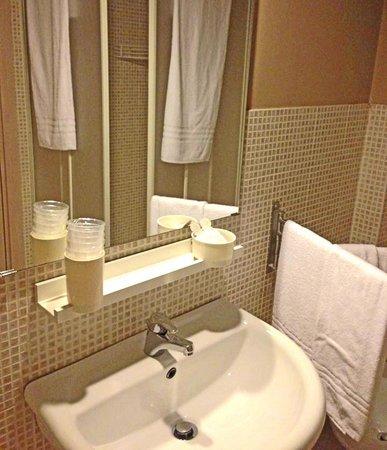 Bagno con box doccia asciugacapelli e kit di cortesia picture of ankon hotel ancona - Kit cortesia bagno ...
