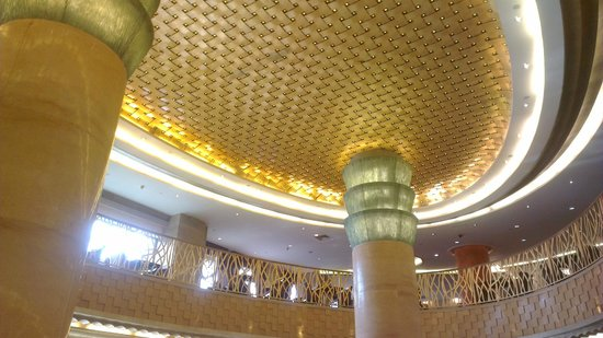Radisson Blu Hotel Shanghai New World: high ceiling lobby