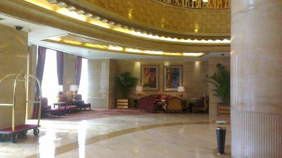 راديسون بلو هوتل شنغهاي نيو وارلد: lobby with a golden touch
