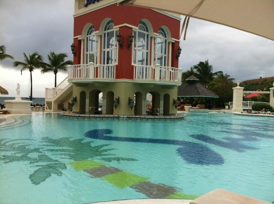 Sandals Grande St. Lucian Spa & Beach Resort: Pool Bar