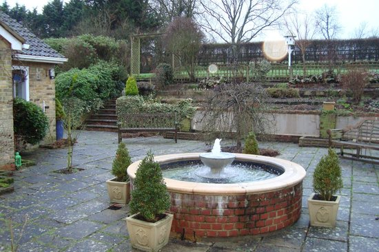 Spinney House: Gardens and fountain