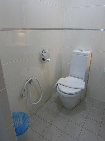 Tune Hotel Waterfront Kuching: Bathroom