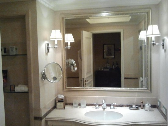 "The Ritz-Carlton, Santiago: WC : O conceito ""clean"" !"