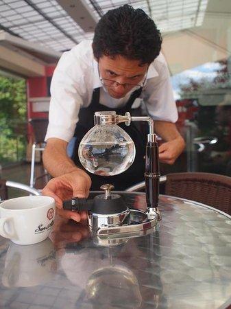 Cafe San Alberto: Barista Francini preparing coffee in a siphon in the Terraza