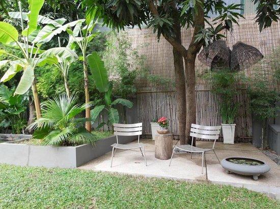 maison557: Garden sitting area
