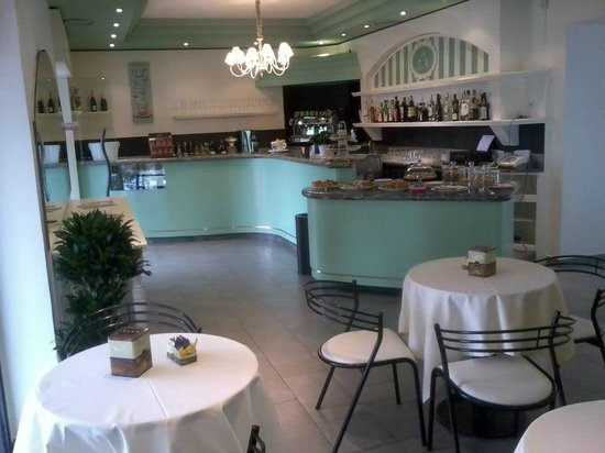 La Chicchera: Inside, the serving counter